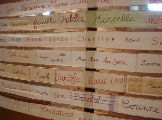 Ruban des prénoms brodés, vue d'exposition abbaye St Philbert de Grand Lieu, 2008, H 12cm, L 45m.©sofie vinet