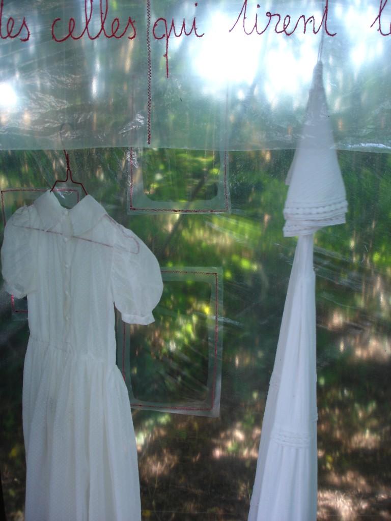 la petite et la moyenne robe, détail l'armoire aux robes