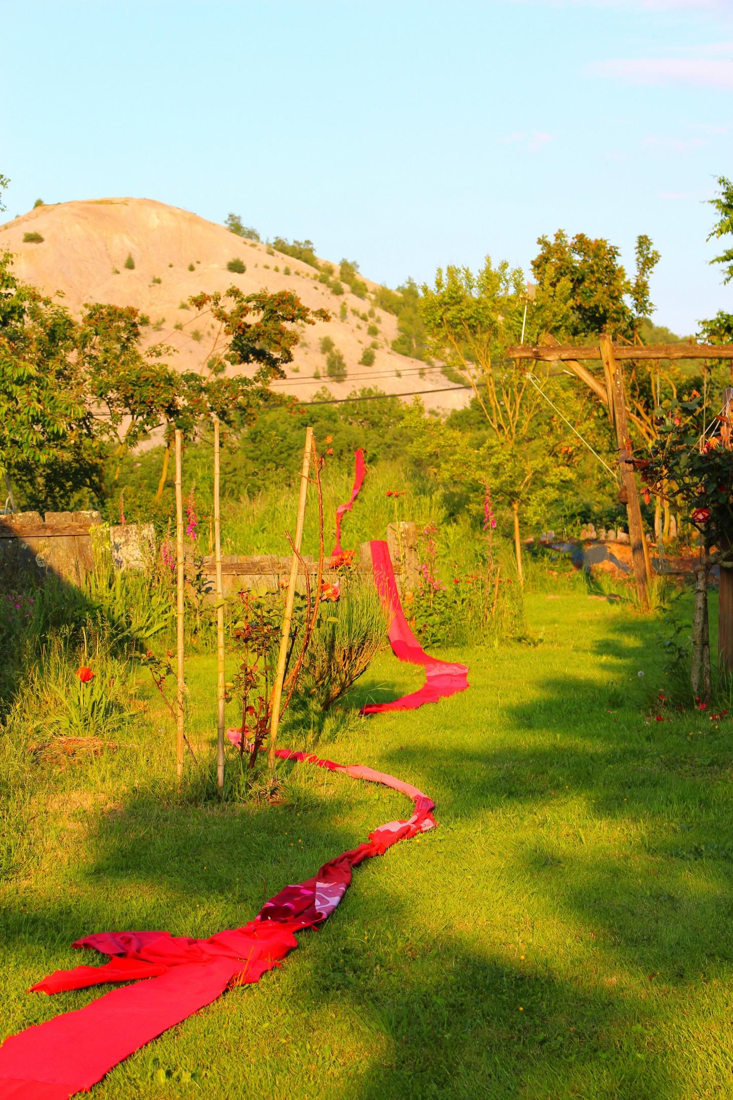 le ruban de chiffons rouges' court dans le jardin de l'orme 1er juin