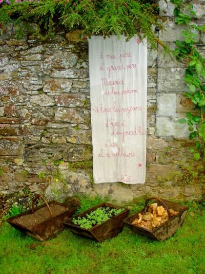 hommage aux 3 baquets, texte brodé H140cm L55cm,baquets bois, terre, cailloux, herbe